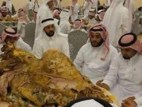 迪拜土豪的聚餐,因只有一道菜而被网友嘲笑,切开一看都惊呆了