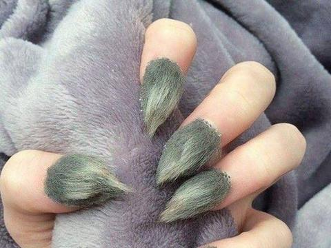 英国女子网上晒美甲,十指长满绿色绒毛,网友群嘲像霉菌