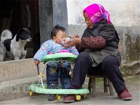 """奶奶嫌孙子吃饭慢,用""""土方法""""喂食,结果导致1岁宝宝惨遭不幸"""