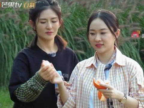 霍思燕不顾形象吃橘子,谁注意她把橘核吐哪里了?素质是装不来的
