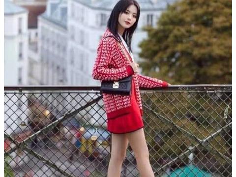 杨超越红色针织衫,行走在巴黎娇俏可爱的超越妹妹!