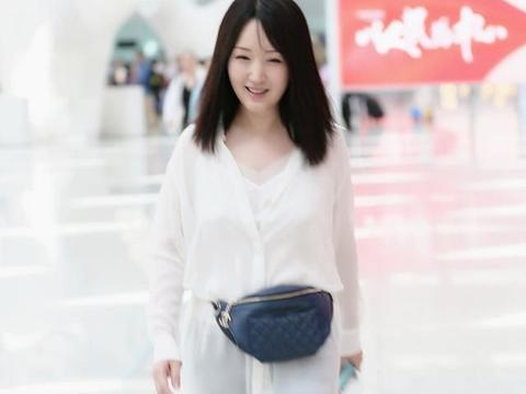 身高158的杨钰莹好会穿,长款风衣搭配高帮靴,轻松显高了十公分