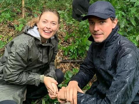 网球女神莎娃携男友赴非洲度假,与大猩猩近距离接触