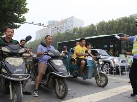电动车也要考驾照,还要收费,网友:走路要不要考驾照?