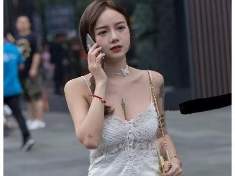 路人街拍:清纯靓丽的小姐姐,一袭白色吊带裙,穿出独特气质美!