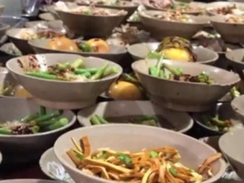 重庆夫妻开快餐店, 一碗素的2元荤的5元! 生意非常火爆