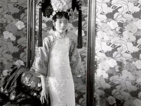 末代太监回忆:溥仪皇后婉容, 睡前不关门,洗澡不用手