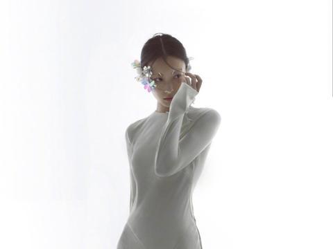 """倪妮厉害了,白色长裙高开叉秀身材,""""亮片眼妆""""更是个性吸睛"""