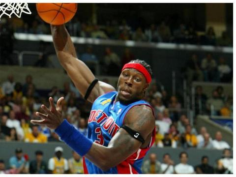 曾经的NBA肌肉战神,退役后还在坚持训练,现在45岁壮得像头牛