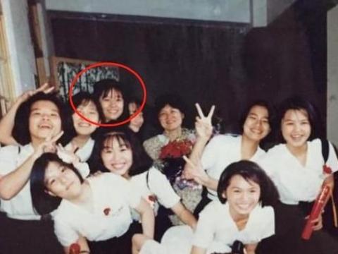 林心如学生照,梳着空气刘海满脸胶原蛋白,15岁时就这么美