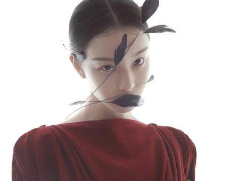 倪妮的羽毛眼妆不算什么,她脸上长草才是最绝的,有颜任性罢了