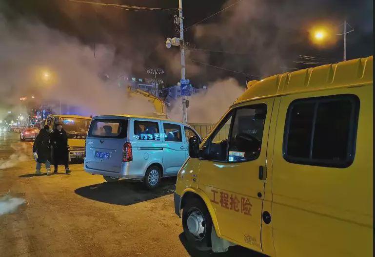 突发!哈尔滨一路段冒出大量蒸汽,夜市收摊,车行受阻!