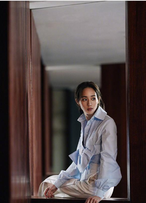 张钧甯穿蓝色蝴蝶结衬衫搭配高腰阔腿裤,高级的时尚感