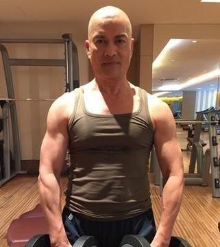 63岁吕良伟驻颜有术,肌肉身材不输小鲜肉,网友:还是那个豪哥