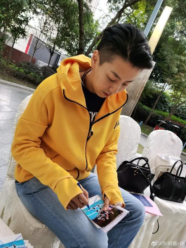 女排世界冠军张晓雅出席活动受热捧,帅气依旧魅力无人能挡