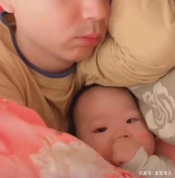 """爸爸带娃午睡,妈妈看到娃捂着被子在""""挣扎"""",走近一看无法淡定"""
