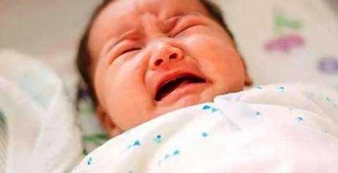 """宝宝耳朵有个""""福气孔"""",妈妈好奇挤了一下,医生:准备手术吧"""