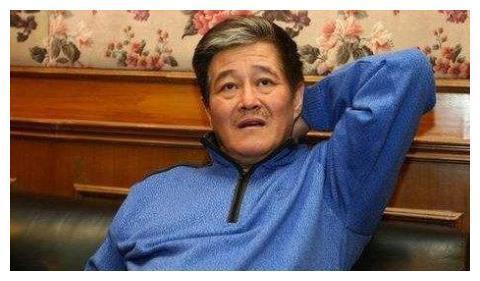 赵本山儿子减肥成功模仿父亲,穿军大衣一瘸一拐,表情和爸爸太像
