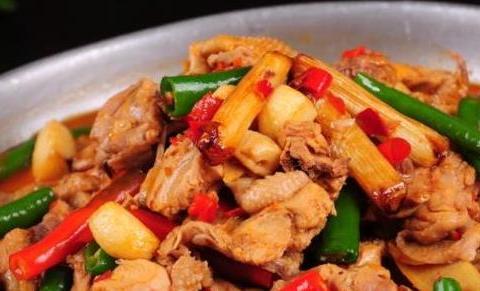 大盘鸡简单的做法,只需要4步,放假期间可以做给父母尝尝。