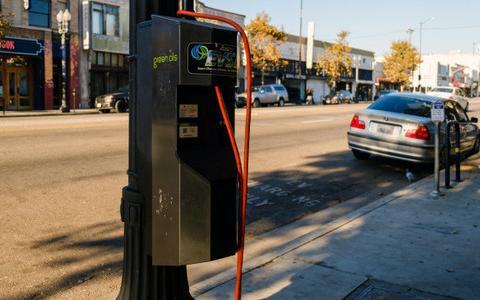 电动汽车充电新方案:洛杉矶将充电桩安装在路灯杆上