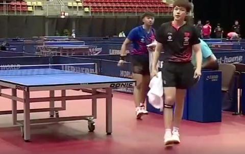 刘国梁再获将才!22岁黑马险被世界冠军摔拍砸到,却大度帮他捡拍