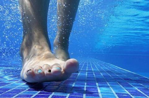 在游泳池中行走会燃烧多少卡路里?