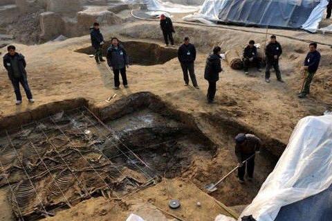考古专家准备挖掘古墓,突然大雨倾盆,但是周围却是晴空万里!
