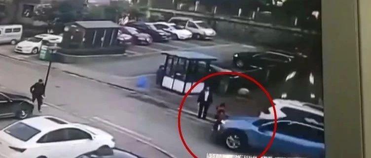 贵阳两名儿童在学校门口被车撞