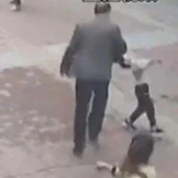 【1017丨话题】老人坐公交不投币不刷卡,4岁男孩上前提醒,竟被打翻在地……
