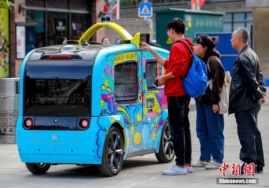 5G无人驾驶售货车亮相武汉步行街5G无人驾驶售货车亮相武汉步行街