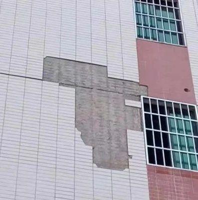 邵阳:小区外墙瓷砖局部掉落,高空砸下吓坏业主!