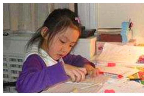 幼儿园布置家庭作业,宝妈看不出女儿写的啥,询问网友后恍然大悟
