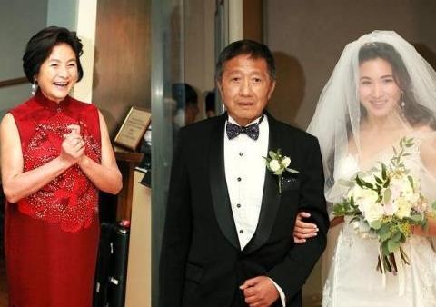 73岁郑佩佩嫁女儿,满脸笑意十分开心,朱茵陈法蓉蔡少芬齐现身