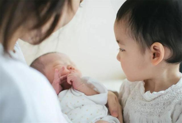 拼二胎真的会越生越穷吗?专家直言:20年后,家庭将面临4大问题