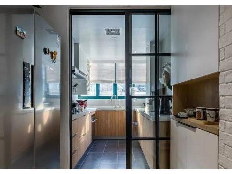 越来越多人厨房不装推拉门了,聪明人都用折叠门替代,实用又好看