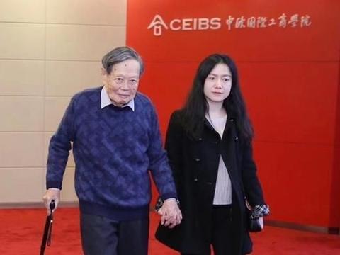 97岁杨振宁携43岁翁帆出席活动,拄着拐杖还紧握老婆双手太甜蜜