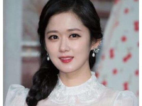 38岁张娜拉现身中国,一整套西装帅气十足,娃娃脸依旧有少女感