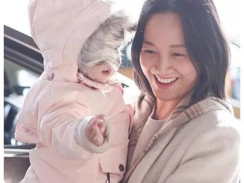 朱丹携女儿走机场,2岁女儿正面照首曝光,小肉脸像极爸爸周一围