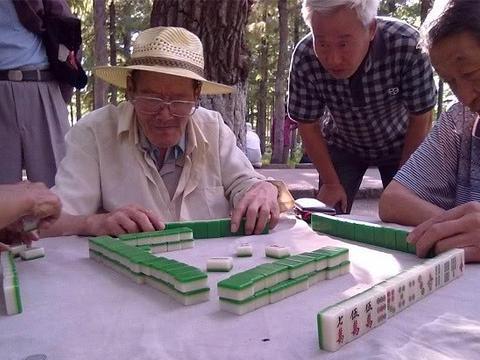 农村有些老人,就算去棋牌室打麻将,也不帮子女带孩子,为啥?