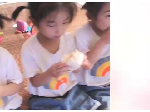 四胞胎女儿不仅长得好看,而且吃相也一样, 真是神同步啊