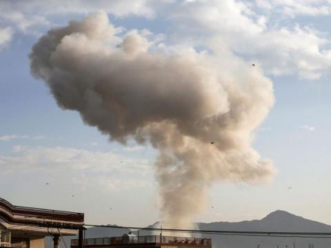 轰的一声巨响,邻国首都发生爆炸,现场腾起巨大蘑菇云