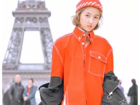 """张子枫终于染黄头发,乖乖女秒变时尚女团,""""彩虹袜""""衬出大长腿"""
