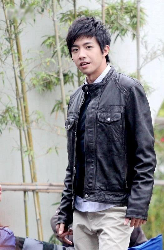 32岁俞灏明走机场,工装风穿搭帅气十足,完美逆袭不输小鲜肉