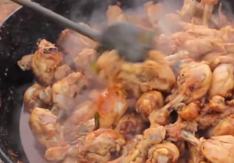 印度的大户人家户外做美食,一次上百个鸡腿,看到成品没胃口