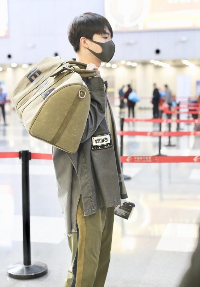 32岁俞灏明机场走出T台秀4千5T恤配2万3包,疤痕挡不住儒雅帅气