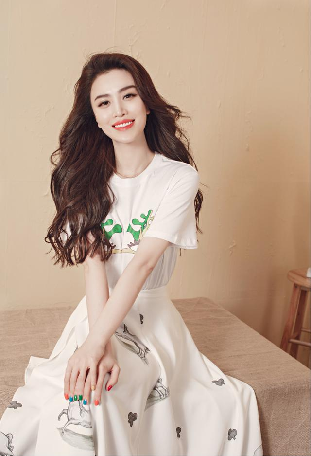 葛天街拍造型真时尚,白T恤配格纹西装,贝雷帽配红唇气质惊艳