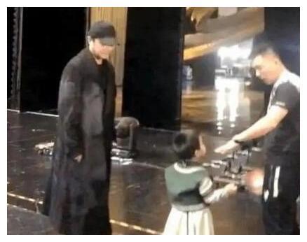 佟丽娅一家三口亮相,相聚却不同框,3岁儿子礼貌懂事讨人喜