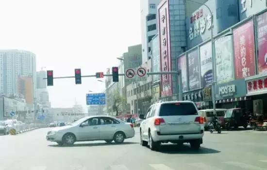 """红灯停过线可以倒回来? """"闯红灯""""也有技巧"""