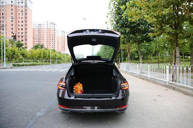 新速派开回家,科技潮、油耗低,15万的B级车,正适合年轻人开