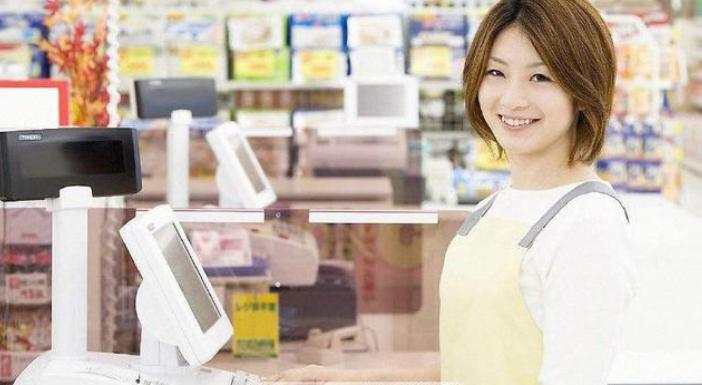 超市收银员工资才2000,为何很多漂亮女生愿意做?原因很现实